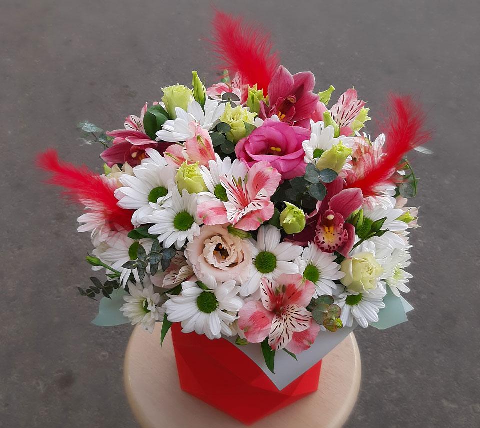 червона коробка з квітами | flower-power.rv.ua
